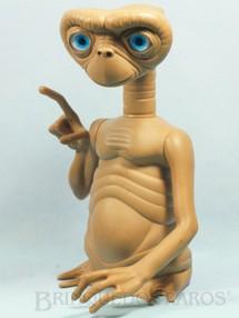 1. Brinquedos antigos - Grow - ET o Extraterrestre com 30,00 cm de altura Acende o dedo ao apertar seu ombro direito Década de 1980