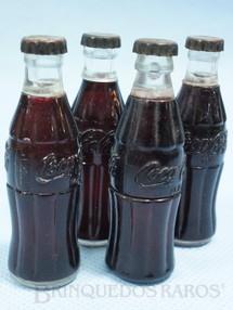 1. Brinquedos antigos - Sem identificação - Miniatura de garrafa de Coca Cola com logotipo em alto relevo 6,5 cm de altura Década de 1950 Preço por unidade