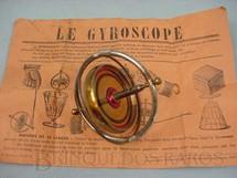 1. Brinquedos antigos - Sem identificação - Giroscópio com 10,00 cm de diâmetro acompanha manual Década de 1930