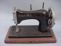 1. Brinquedos antigos - Norita - Máquina de costura com 14,00 cm de altura Década de 1950