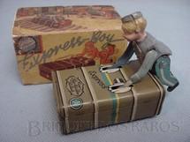 1. Brinquedos antigos - Gescha - Maleiro empurrando Bau Express Boy Made in US Zone 10,00 cm de comprimento Selo da Casa São Nicolau Década de 1950
