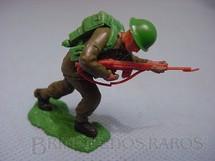 1. Brinquedos antigos - Britains - Soldado do Exército Inglês a pé avançando com fuzil Série Swoppet Década de 1960