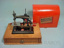 1. Brinquedos antigos - Estrela - Máquina de costura com caixa de madeira Década de 1950