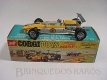 1. Brinquedos antigos - Corgi Toys - Cooper Maserati Fórmula 1 amarela piloto com movimento