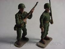 1. Brinquedos antigos - Hobbylandia - Soldados americanos de pé com fuzil Uniforme da Segunda Guerra Década de 1970
