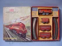 1. Brinquedos antigos - Mettoy - Conjunto de Locomotiva e 2 Carros de Passageiros importado e distribuído pela Estrela Ano 1948