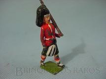 1. Brinquedos antigos - Britains - Soldado Escocês marchando