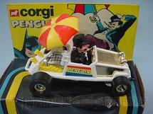 1. Brinquedos antigos - Corgi Toys - Carro do Pinguin Penguinmobile Batman Década de 1970