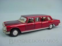 1. Brinquedos antigos - Dinky Toys - Mercedes Benz 600 vermelha com motorista e passageiros
