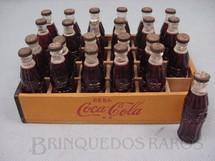 1. Brinquedos antigos - Sem identificação - Engradado de madeira com 24 garrafas plásticas de Coca Cola com logotipo em alto relevo Década de 1960