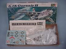 1. Brinquedos antigos - Revell - Avião Corsair II A-7A caixa mole Década de 1970