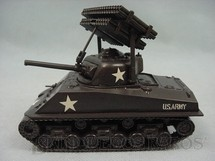 1. Brinquedos antigos - Revell - Tanque de Guerra Sherman com foguetes Kit montado Década de 1980