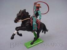 1. Brinquedos antigos - Britains - Cowboy montado a cavalo com laço datado 1971