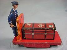 1. Brinquedos antigos - Sem identificação - Carrinho de bagagens com Baú 12,00 cm de comprimento O condutor dá sinal com o braço ao fazer uma curva  Década de 1930