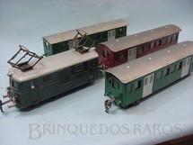 1. Brinquedos antigos - Resal - Conjunto de Locomotiva elétrica e 3 Carros de passageiros Década de 1950
