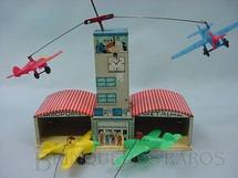 1. Brinquedos antigos - Metalma - Aeroporto Metalma completo com quatro aviões de plástico Década de 1950