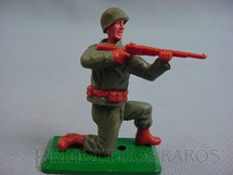 1. Brinquedos antigos - Timpo Toys - Soldado Americano da Segunda Guerra ajoelhado atirando com fuzil Base de metal Década de 1970