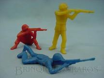 1. Brinquedos antigos - Sem identificação - Conjunto de tres soldados com 9,00 cm de altura Década de 1970