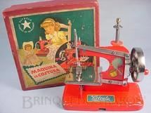 1. Brinquedos antigos - Estrela - Máquina de costura com 19,00 cm de altura fabricada pela Metalúrgica Martau e Distribuída pela Estrela Ano 1948