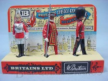 1. Brinquedos antigos - Britains - Conjunto com três Guardas Reais a pé Lifeguard Beefeater e Scots Guard Com Display Década de 1970