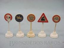 1. Brinquedos antigos - Wiking - Conjunto de cinco placas de sinalização de transito bitola HO Década de 1960