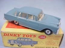 1. Brinquedos antigos - Dinky Toys - Mercedes Benz 220 SE Década de 1960