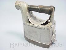 1. Brinquedos antigos - Sem identificação - Ferro de passar Roupa de Bonecas com carvão em brasa 12,00 cm de altura Década de 1940