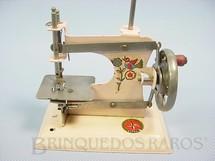 1. Brinquedos antigos - Estrela - Máquina de costura com 12,00 cm de altura Década de 1940