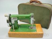 1. Brinquedos antigos - Necchi - Máquina de Costura com 14,00 cm de altura Base de madeira e maleta original Década de 1960