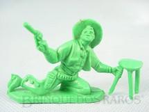 1. Brinquedos antigos - Casablanca e Gulliver - Cowboy brigando no Saloon com revolver e banqueta de plástico verde Década de 1980