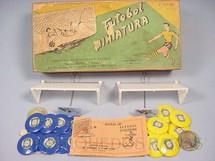 1. Brinquedos antigos - Santa Maria - Jogo de Botão Futebol Miniatura com dois times Seleção Brasileira azul e amarela Completo com manual de instruções Ano 1960