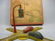 1. Brinquedos antigos - Sem identificação - Conjunto de Pista com Cruzamento dois Carros movidos à corda e Semáforo com iluminação à bateria Década de 1930