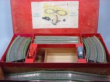 1. Brinquedos antigos - Safar - Conjunto com pista em oito e dois carros de metal Corrente Alternada Década de 1930