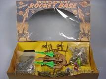 1. Brinquedos antigos - Multiple Poducts Corp. - Conjunto Lançador de Foguetes com Jipe Soldados e Seres Interplanetários Interplanetary Rocket Base Década de 1950