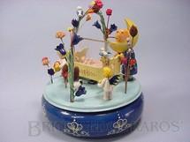 1. Brinquedos antigos - Sem identificação - Caixa de Música Der Mann im Mond com criança no berço anjos pássaros e flores Década de 1940