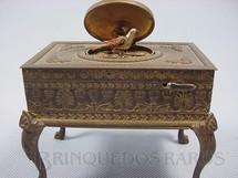 1. Brinquedos antigos - Sem identificação - Caixa de Música Mesa com 12,00 cm de comprimento Apresenta um Pássaro Mecânico com 3,00 cm de altura que canta movimenta as asas e o bico Década de 1930