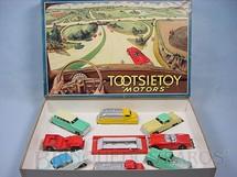1. Brinquedos antigos - Tootsietoy - Conjunto Completo Tootsietoys Motors com dois Caminhões três Carros um Jeep uma Perua e uma Caminhonete Década de 1950