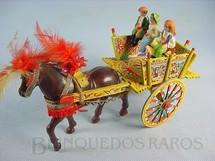 1. Brinquedos antigos - Sem identificação - Carroça Siciliana com 25,00 cm de comprimento Cavalo de plástico e três figuras de papier maché Década de 1960