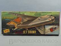 1. Brinquedos antigos - Lindberg - Avião F-8A Crusader Motorized Jet Sound Caixa lacrada Década de 1960