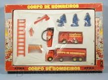 1. Brinquedos antigos - Atma - Conjunto Corpo de Bombeiros Atma com três figuras dois Caminhões e acessórios Embalagem lacrada Década de 1980
