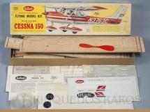 1. Brinquedos antigos - Guillows - Conjunto para montar Avião Cessna 150 de madeira balsa entelada com 60,00 cm de envergadura com motor a elástico Pode ser colocado motor à gasolina Década de 1960
