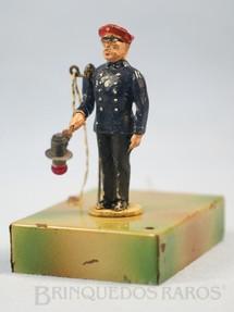 1. Brinquedos antigos - Kibri - Guarda de estação com movimento no braço e Placa com luz 12,00 cm de altura Década de 1930