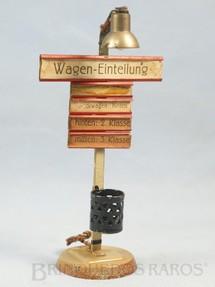 1. Brinquedos antigos - Kibri - Poste de luz com placas de sinalização e cesto de lixo 16,00 cm de altura Década de 1930