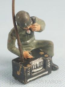 1. Brinquedos antigos - Leila - Soldado Americano ajoelhado com radio Ano 1952