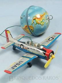 1. Brinquedos antigos - Bandai - Avião de treinamento Beechcraft T-34 com Globo Terrestre Voa pendurado no teto Década de 1950