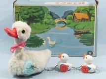 1. Brinquedos antigos - Modern Toys e Masudaya Toys - Pato com dois patinhos 14,00 cm de altura Década de 1970