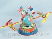 1. Brinquedos antigos - W.J. - Globo Terrestre com dois aviões e quatro bandeiras Aviões com 12,00 cm de envergadura Na base motivos de Parque de Diversões e meninos brincando de Cowboy Década de 1960