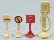 1. Brinquedos antigos - Sem identificação - Conjunto com 3 Placas de sinalização de Trânsito com 3,00 cm de altura e uma Bomba de Gasolina Década de 1960