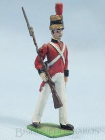 1. Brinquedos antigos - Sem identificação - Soldado Ingles Século XIX marchando com Fusil e Baioneta Década de 1970