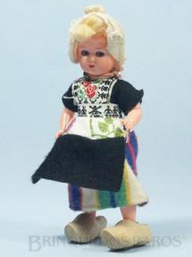 1. Brinquedos antigos - Sem identificação - Boneca com traje típico da Holanda 15,00 cm de altura Roupa de tecido Sapatos de madeira Década de 1970